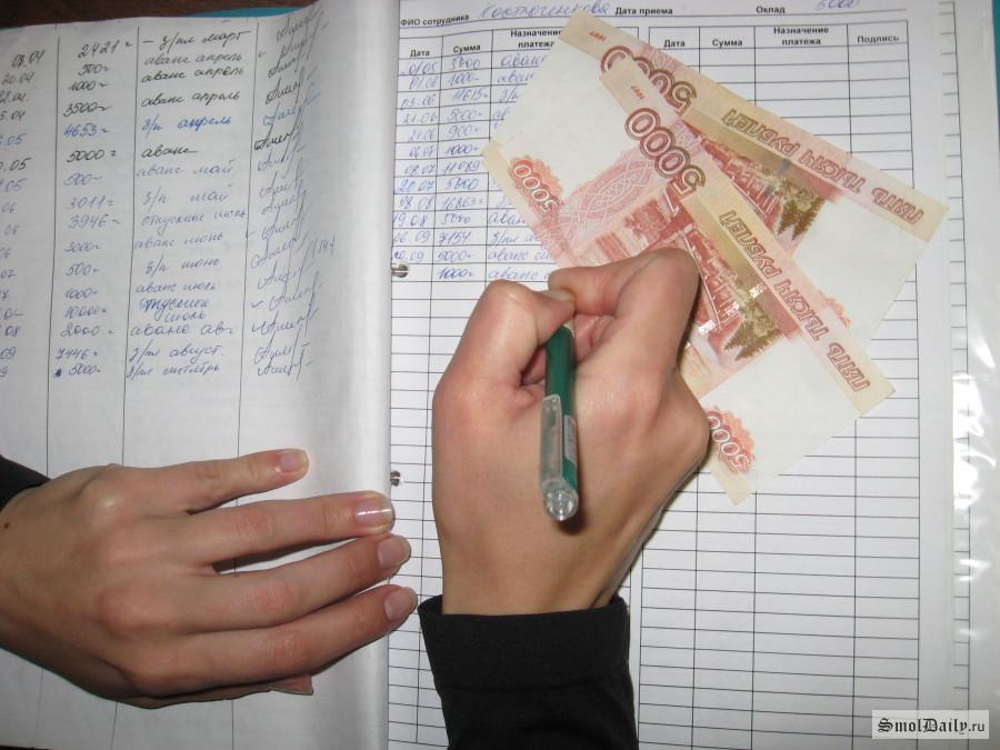 ВСмоленской области начальник клуба «прикарманил» деньги несуществующих служащих