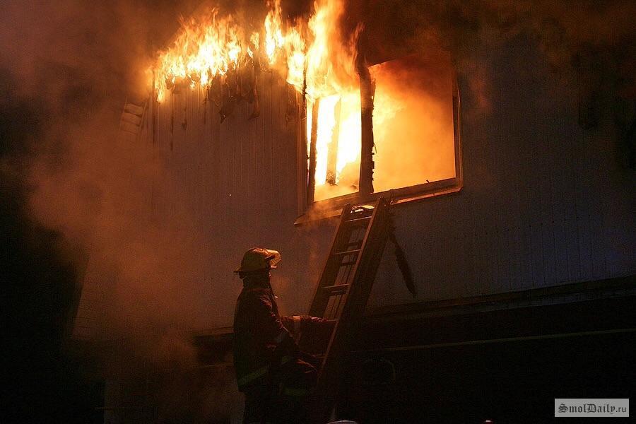 ВСмоленске ночью тушили пожар вдоме напроспекте Строителей