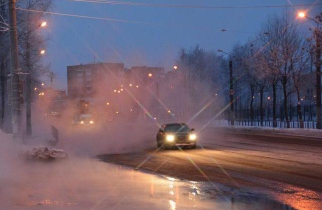 Наулице Рыленкова вСмоленске прорвало трубу
