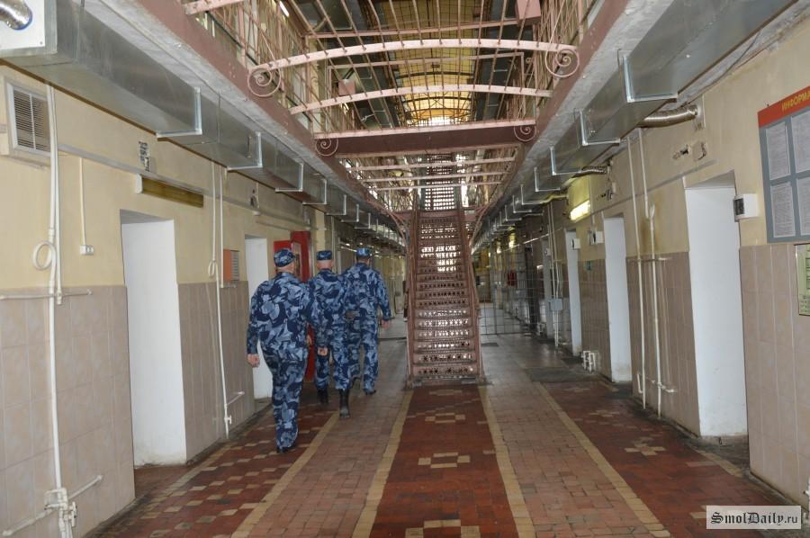 Работник следственного изолятора вСмоленской области пытался пронести заключённым марихуану