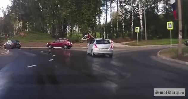 Велосипедиста сбили вСмоленске напроспекте Строителей