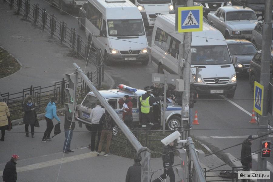 ВСмоленске женщина на«шестерке» набольшой скорости сбила 2-х пешеходов