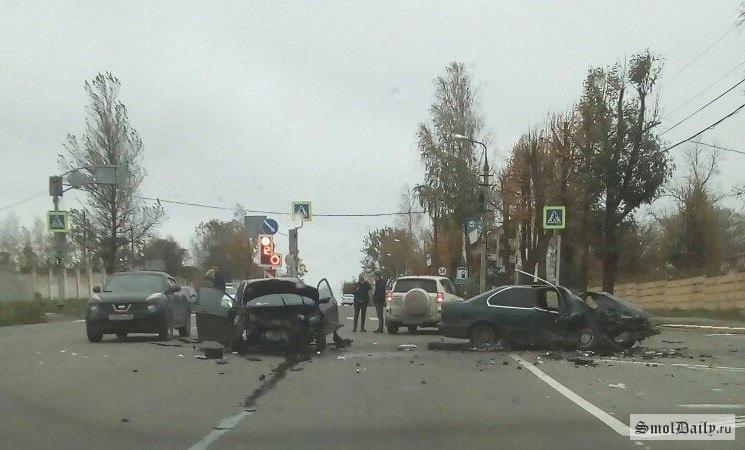 Жёсткое ДТП изчетырёх авто перегородило дорогу вСмоленске