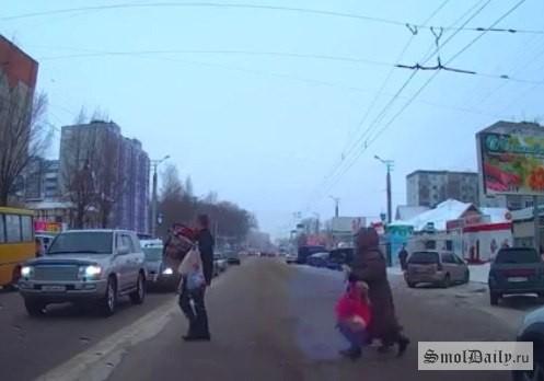 Поступок смолянина наулице Николаева попал навидео
