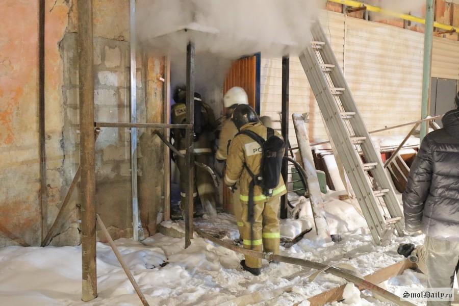 ВРославле пожар вгараже чуть неперекинулся на дом
