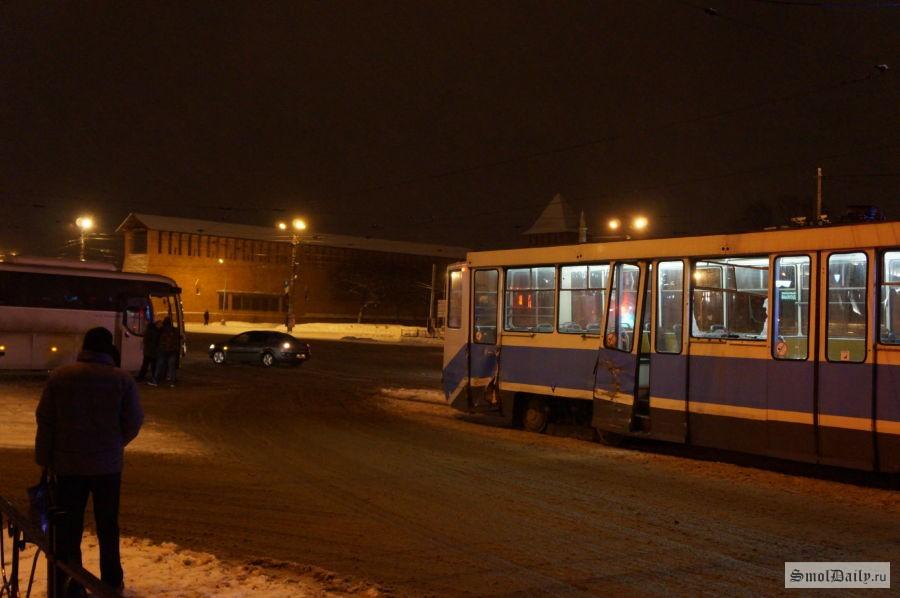 ВСмоленске шофёр туристического автобуса врезался втрамвай