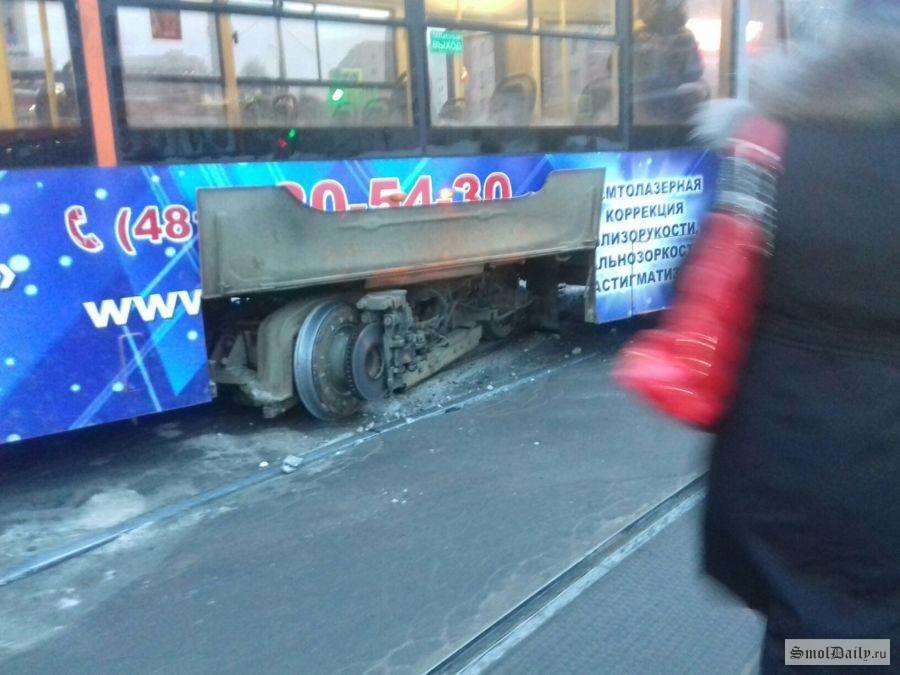 Вцентре Самары трамвай сошел срельсов