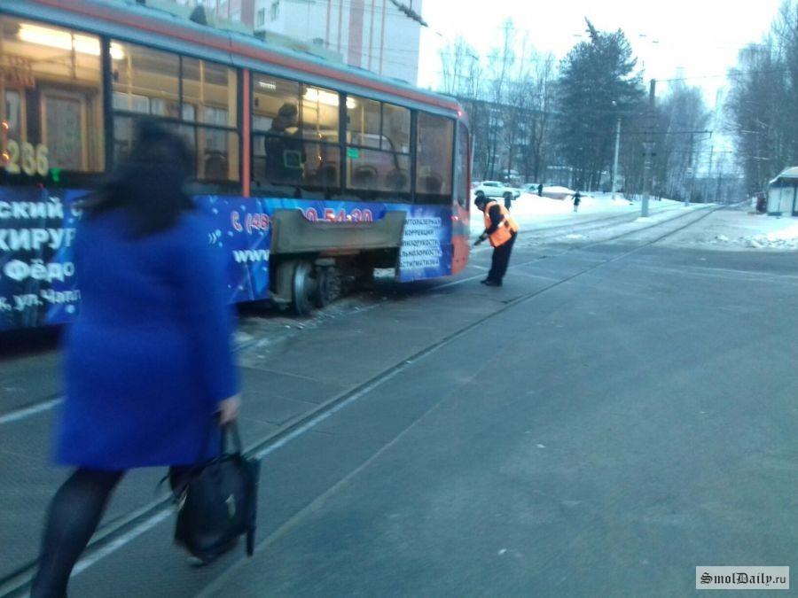 Неопять, аснова. ВСмоленске трамвай сошел срельсов