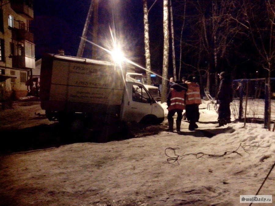 ВСмоленске грузовой автомобиль снадписью «Проедем везде» провалился под землю