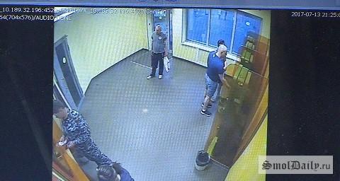 Вор, укравший деньги избанкомата впомещении смоленского банка, попал навидео