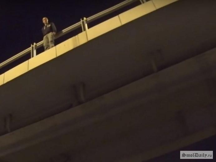 Байкер приостановил  движение наМинском шоссе ради спасения самоубийцы