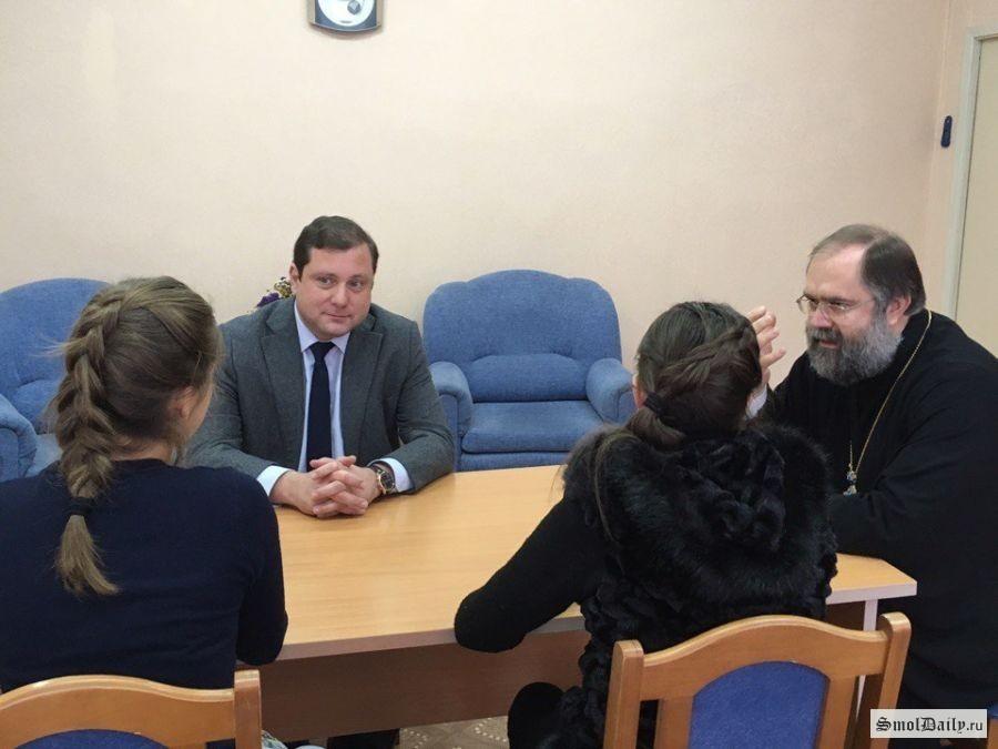 Губернатор Смоленской области неоставил без внимания историю сизбиением 2-х школьниц